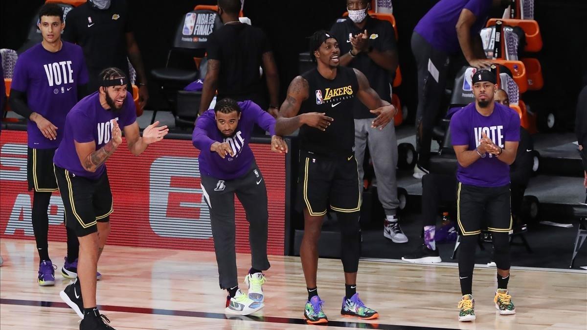El banquillo de los Lakers celebra una canasta contra los Heat en el quinto partido de las finales de la NBA.