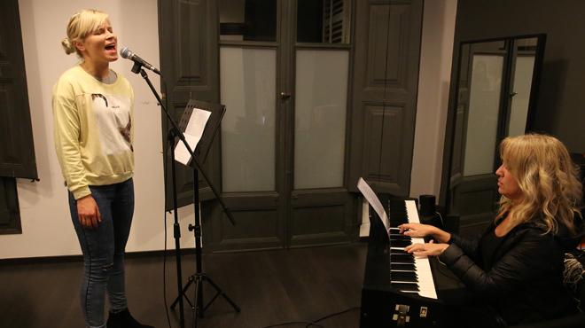 Al piano, Elisabeth Castro, directora de Gershwin Vocal Studio. Cantando, Ilze.