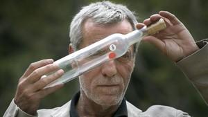 Luis Mohedano posa con una de las mil botellas en las que envasó aire ante notario el 29 de diciembre del año 2000.