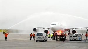 Bautismo de agua del avión de Iberia en el aeropuerto de Montevideo.