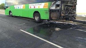 El estado en el que ha quedado el autobús tras el incendio.
