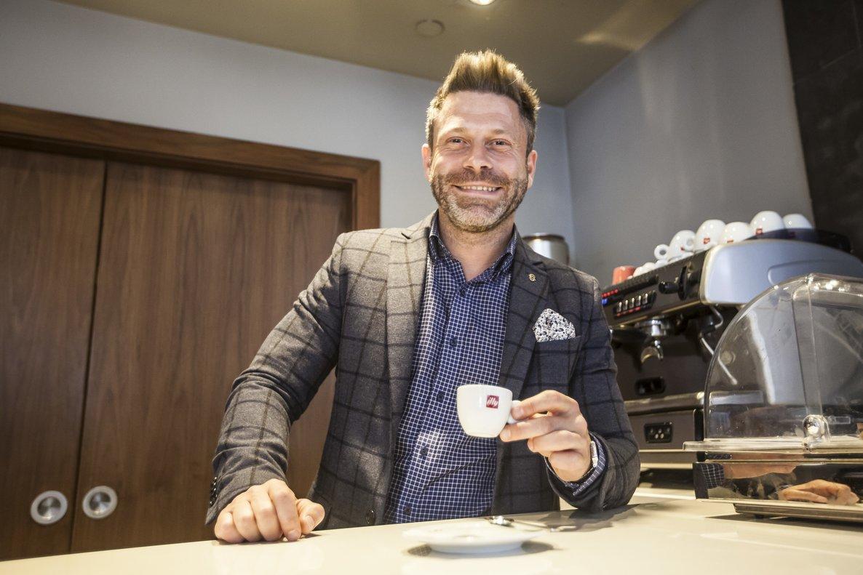Lucio Tanfi, de la Universidad del Café de Illy, con una taza de café expreso en mano.
