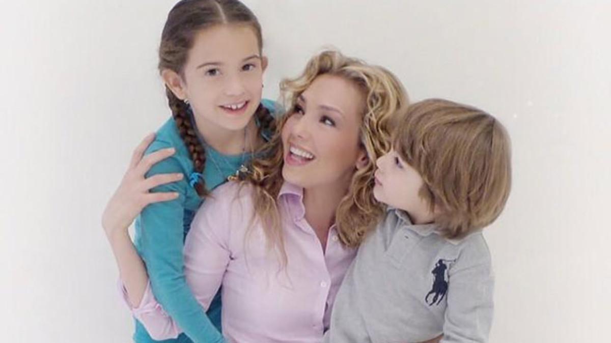 La cantante mexicana Thalia, con sus hijos Sabrina Sakaë y Matthew Alejandro