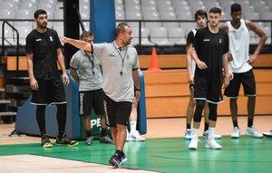 Carles Duran da instrucciones a sus jugadores en su primer día de pretemporada en el Olímpic