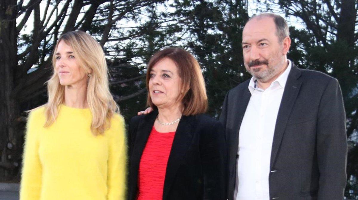 Cayetana Álvarez de Toledo con Núria Llorach, presidenta de la CCMA, y el director de TV-3, VicentSanchís.