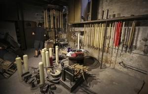 El sótano de la cerería Codinaesconde una máquina de hacer cera de dos siglos de antigüedad.