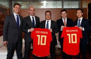 Rubiales, el segundo por la izquierda, entrega a Chen una camiseta de la selección española.