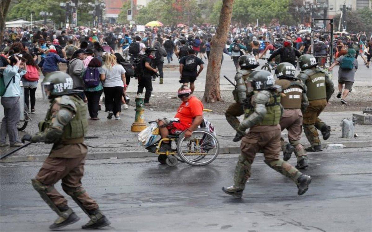 La policía en Chile persigue a manifestantes.
