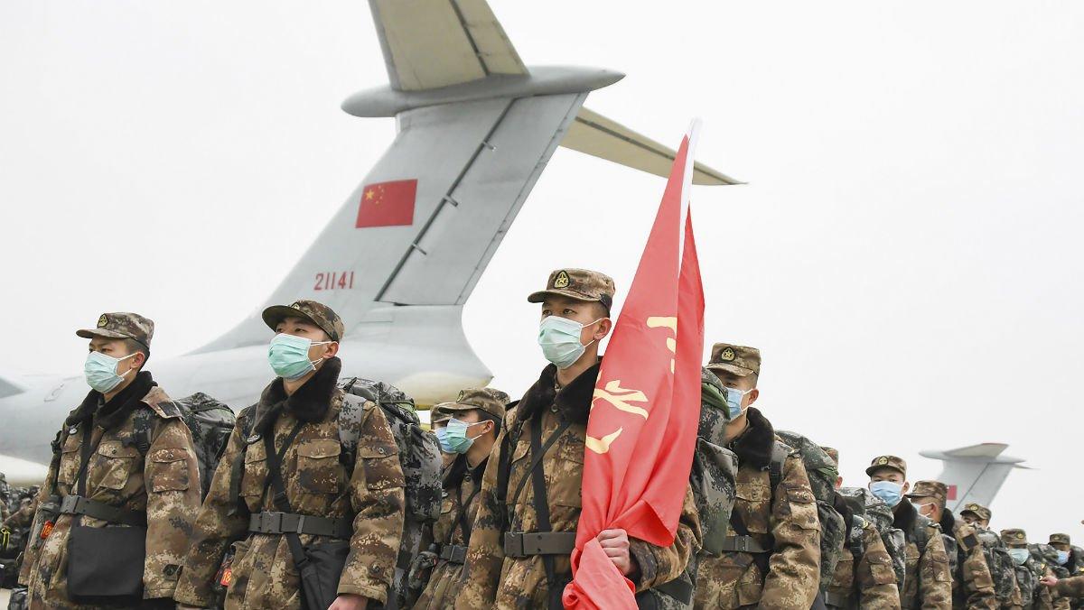 Un grupo de militares en formación tras su llegada al aeropuerto deWuhan, este domingo.