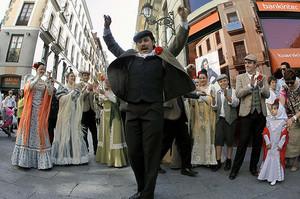 Chulapos y chulapas interpretaron algunos de los números musicales de La Revoltosa, del maestro Chapí, en la calle Mayor de Madrid, en motivo de las fiestas de San Isidro.