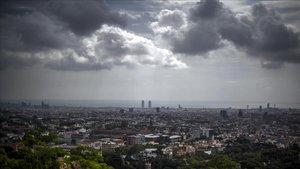 La ciudad de Barcelona bajo nubes de tormenta
