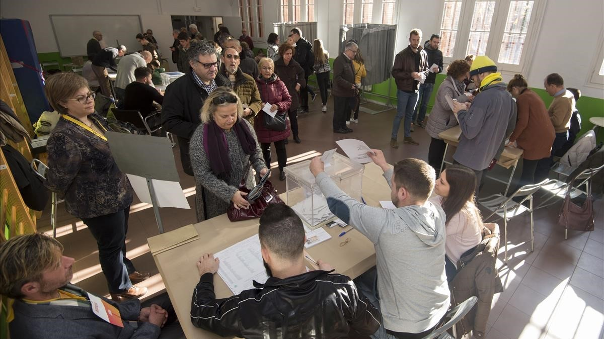 Ciudadanos de Tarragona votando en el colegio electoral del Institut Tarragona.