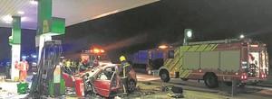 El coche estrellado en la gasolinera de Castellón.
