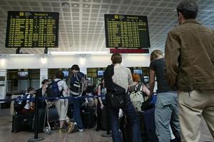 Colas de pasajeros en El Prat.