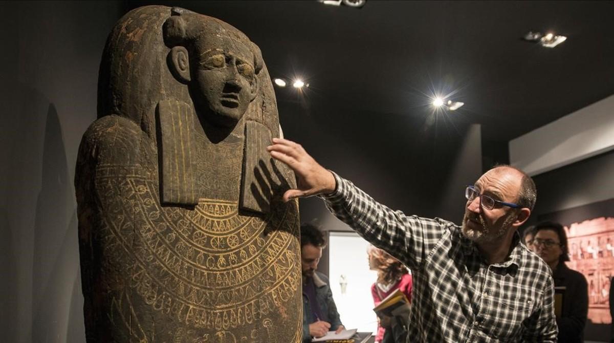 El comisario y conservador del Museu Egipci Luis Manuel Gonzálvez, con el sarcófago de Unnefer, una de las piezas estrella de la exposición Osiris, Dios de Egipto. El ser que permanece perfecto.