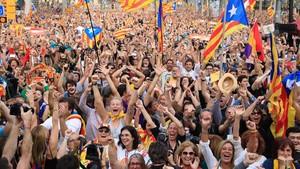 Concentración alrededor de la Ciutadella durante el pleno en el que se aprobó la DUI, el 27 de octubre del 2017.