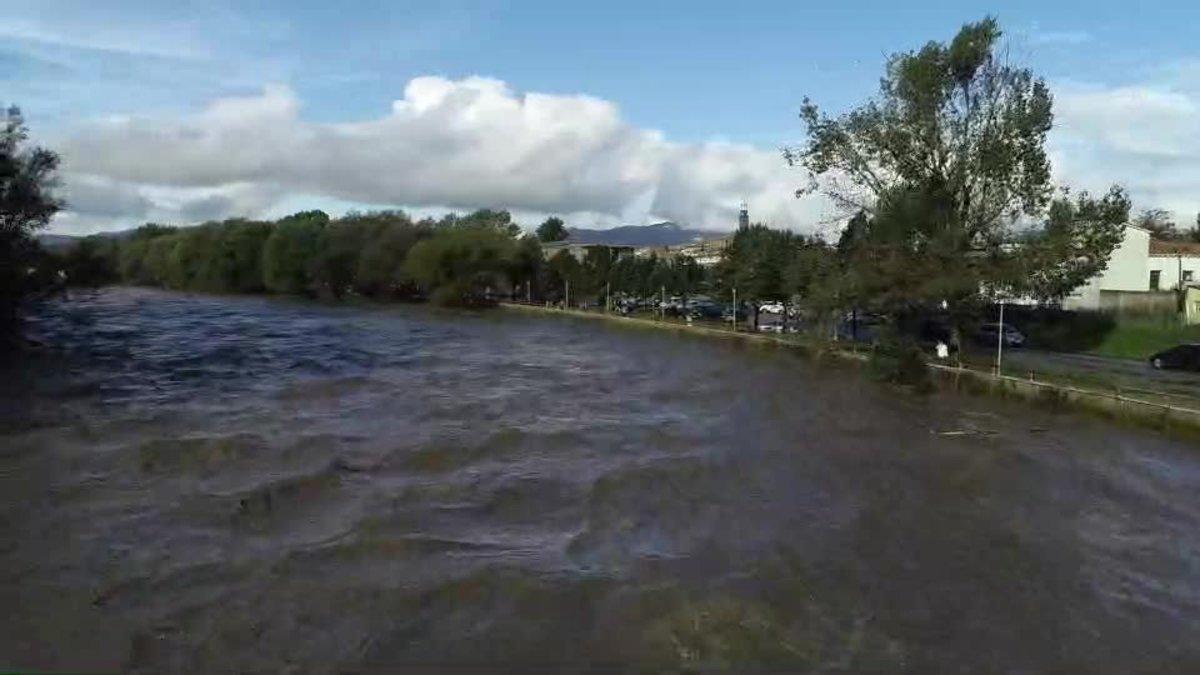 Un vídeo grabado desde un dron capta la crecida de las aguas del Ter tras las lluvias de la tormenta Leslie.