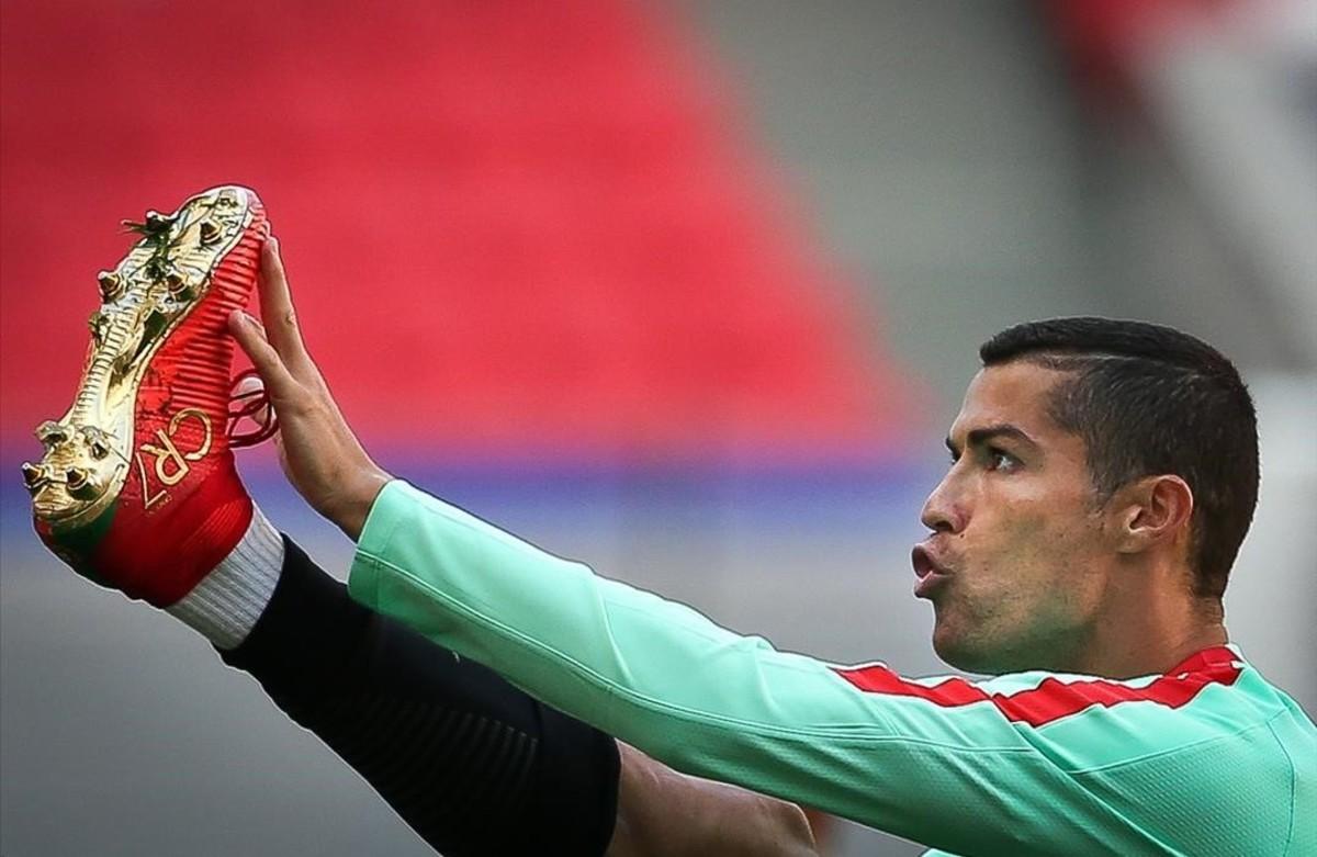 Cristiano Ronaldo, durante el entrenamiento de este sábado con la selección portuguesa en Kazán.