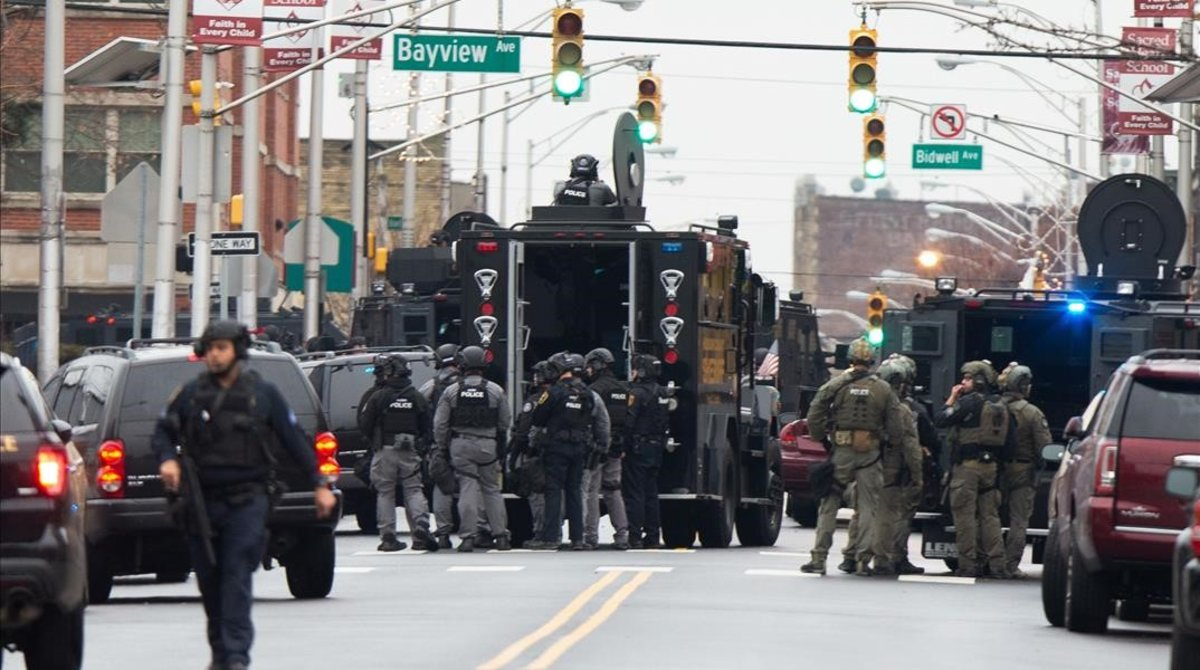 Cuerpos de seguridad en la zona del tiroteo.