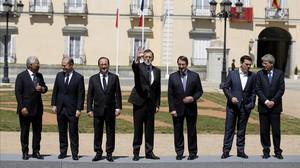 El presidente del Gobierno, Mariano Rajoy, posa con los mandatarios de Francia, Italia, Grecia, Portugal, Chipre y Malta, en los jardines del Palacio del Pardo para la foto de familia de la tercera cumbre de los países del sur de la Unión Europea.