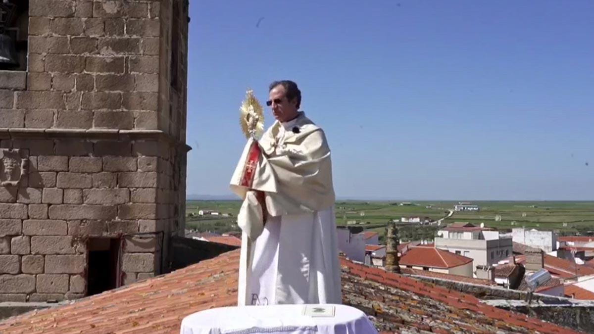 Un párroco cacereño bendice el pueblo desde el tejado de la iglesia