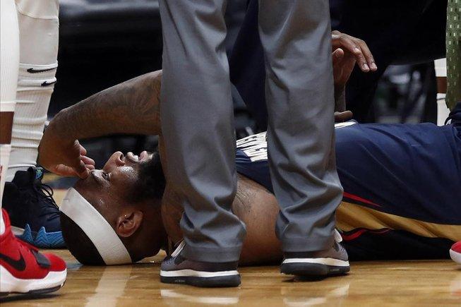 DeMarcus Cousins, estirado en el suelo, tras sufrir la lesión del tendón de Aquiles en enero del 2018