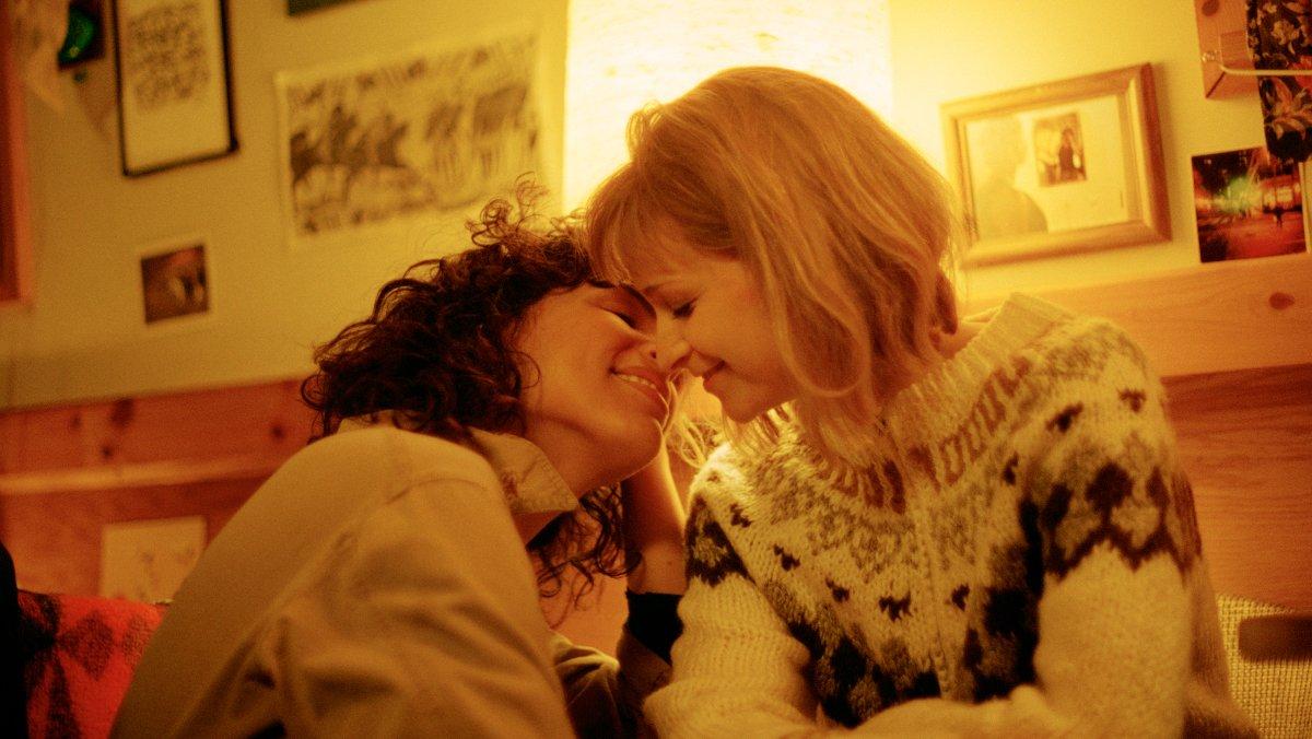 Desiree Akhavan y Niamh Algar, en 'The bisexual'.