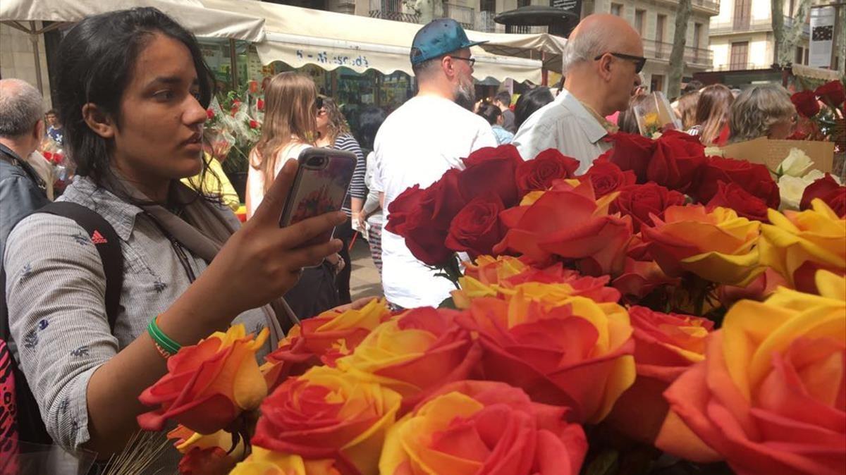 Diada de Sant Jordi en las Rambles de Barcelona