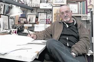 El dibujante Jordi Bernet, en su estudio del barrio de Sant Andreu.
