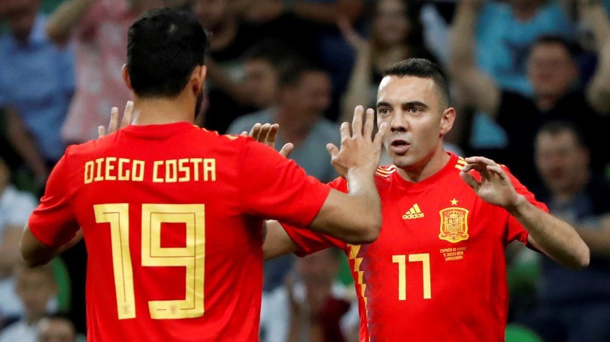 Diego Costa y Iago Aspas celebran el gol de España a Túnez.