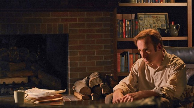 Bob Odenkirk sigue en el pellejo amoral de Saul Goodman, abogado engatusador con visión para los negocios fraudulentos. Otro hombre que se transforma para mal, como el Walter White de la serie madre, 'Breaking bad'.