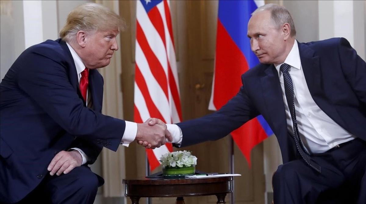 Donald Trump estrecha la mano de Vladimir Putin en Helsinki.