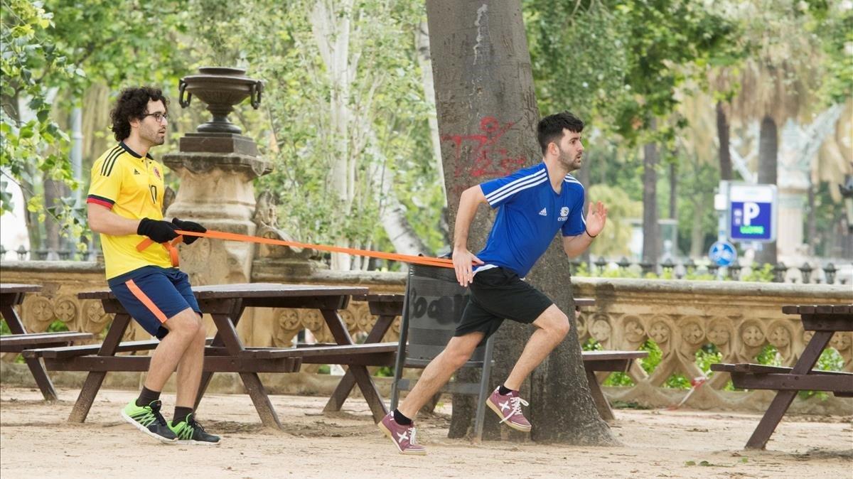 Dos hombres se entrenan en el parque de la Ciutadella de Barcelona, este jueves.