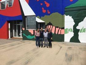 El gobierno municipal visita el mural de arte pop en la antigua empresa Tipel.