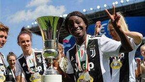 Eniola Aluko, con el trofeo de la Coppa Italia, el pasado mes de abril.