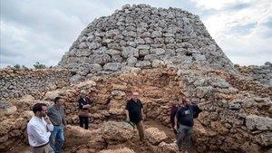 El equipo de arqueólogos que ha descubierto los restos de bebés, en el 'talaiot' de Cornia Nou