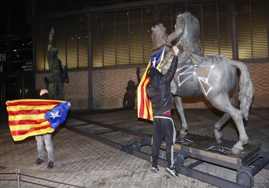 Barcelona 16-10 2016 Estatua de Franco en el Born en la imagen pintada y unas personascon banderas esteladas
