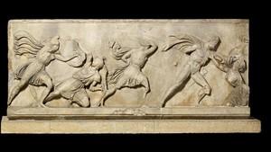 Parte del friso de mármol del Mausoleo de Halicarnaso, en la exposición Agón! La competición en la antigua Grecia.