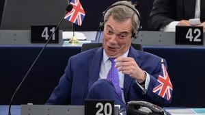Farage gesticula durante el debate en el Parlamento Europeo, en Estrasburgo, el 5 de abril.