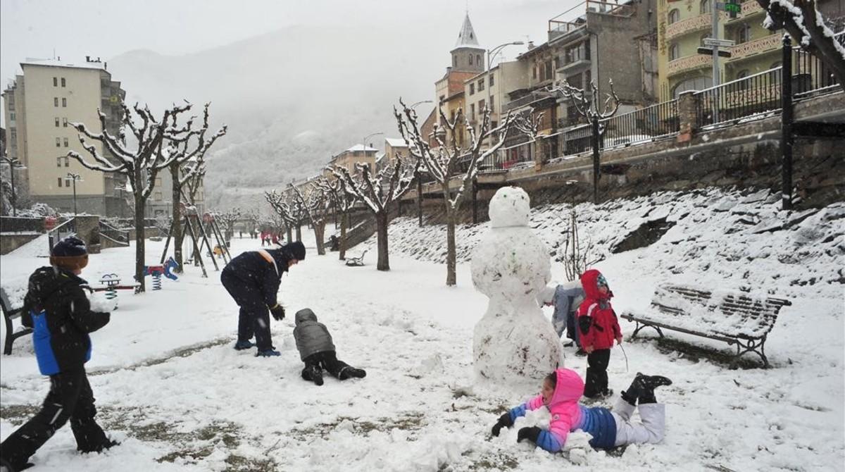 Ungrupo de niños juegan en la nieve, esta semana en Sort.