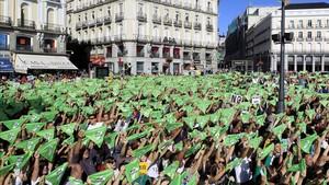 Momento del chupinazo animalista en la Puerta del Sol, antes de la marcha contra los festejos taurinos.