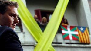 Albert Rivera en Errentería, donde fue recibido con protestas que acabaron en cargas policiales, lazos amarillos y esteladas.