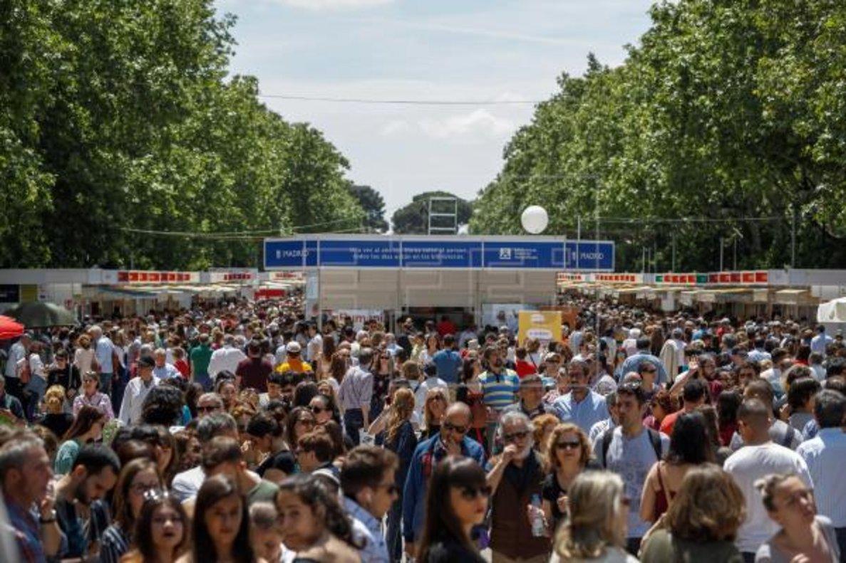 Visitantes de la Feria del Libro de Madrid en el Parque de El Retiro.