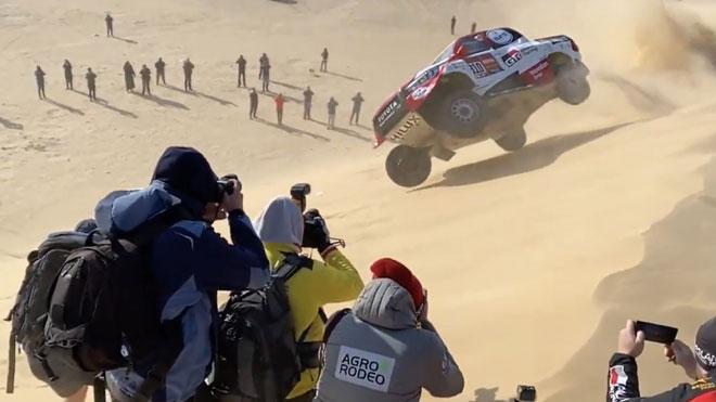 Fernando Alonso vuelca en el Dakar.