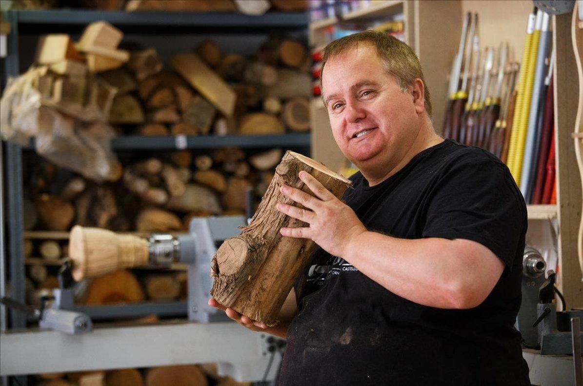 Fran Ferrer es el único tornero de madera ciego en España, en su taller de Polinyà.