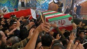 Varias personas cargan con los ataudes del generalQasim Soleimani and Abu Mahdi al-Muhandis durante los funerales en la mezquita del imamHussein en la ciudad iraquí deKerbala.