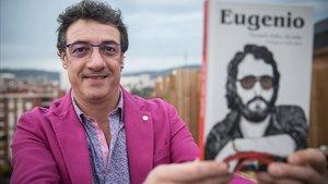 Gerard Jofra Alcaide con el libro 'Eugenio' en elque homenajea al gran cómico y personaque fue su padre.