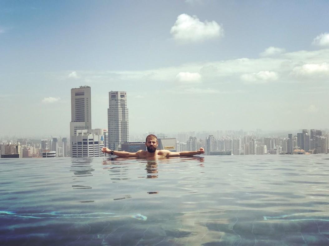 Gerard Piqué, en la piscina de su hotel en Sigapur.