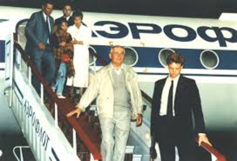 Aterrizaje de Gorbachov tras pasar varios días retenido por los golpistas.