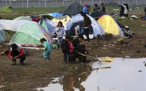 Un grupo de niños juega en un campamento de refugiados en Grecia